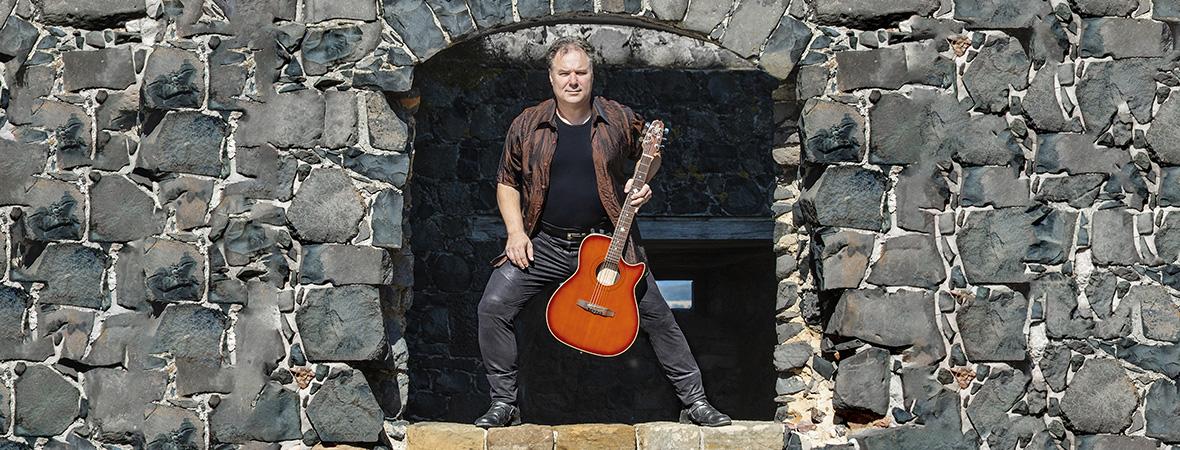 erik mit acoustic guitar hohner auf der muenzenburg hessen